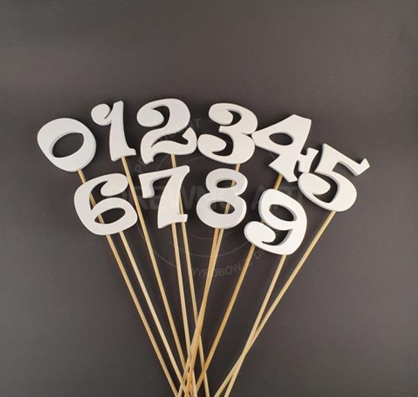 Cyfry na piku z drewna