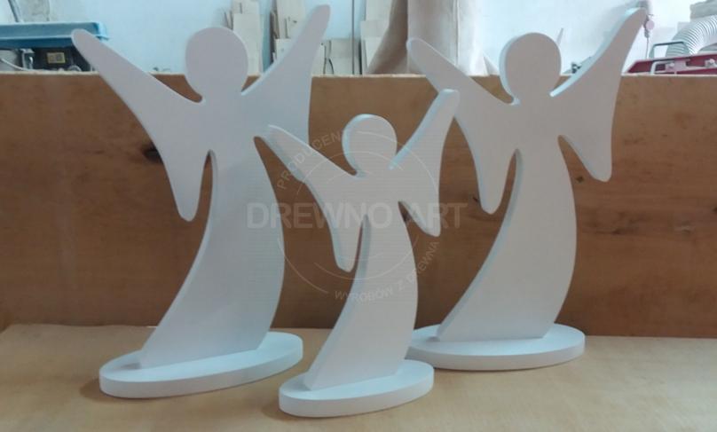 Białe, drewniane anioły na podstawie