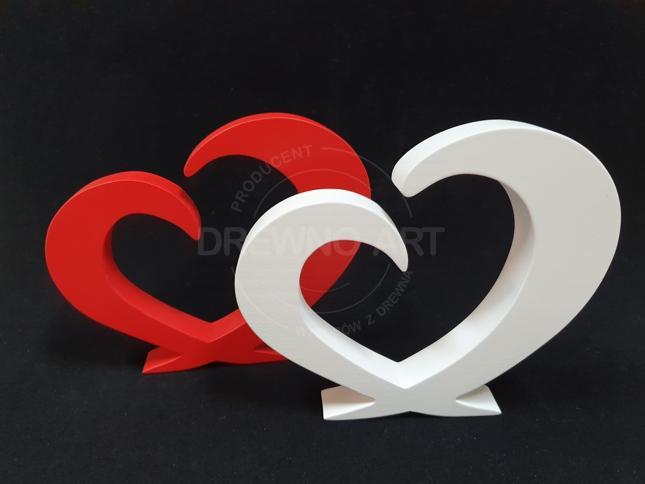 Białe i czerwone serca z drewna