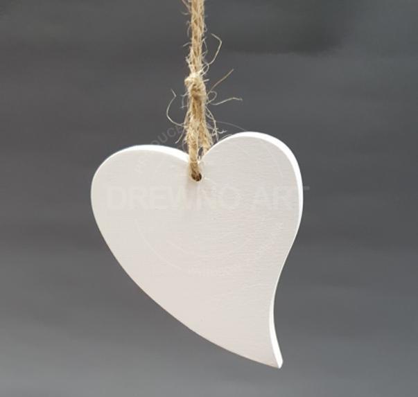 Białe serce na sznurku
