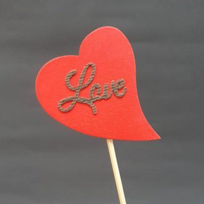 "Czerwone serce na piku z napisem ""Love"""