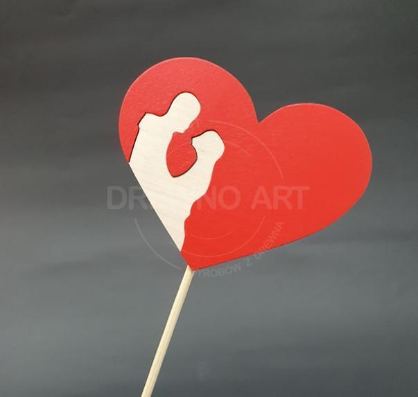 Czerwone serce na piku z parą z surowego drewna