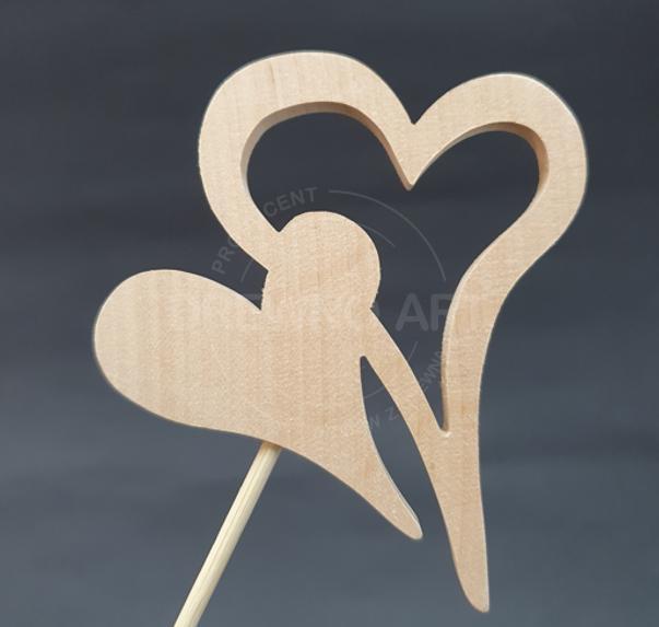 Serce na piku z surowego drewna