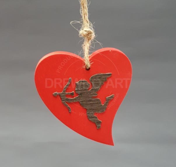 Czerwone serce na sznurku z amorkiem