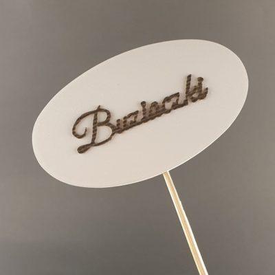 Tabliczka na piku z napisem: Buziaczki