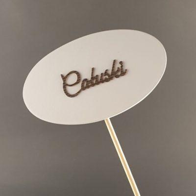 Tabliczka na piku z napisem: Całuski