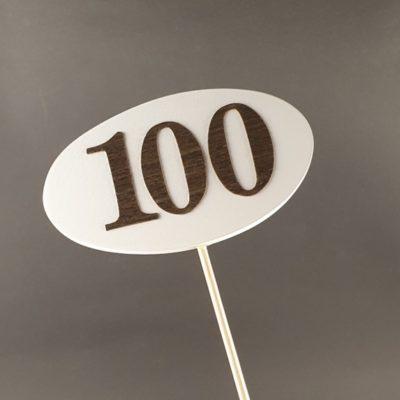 Tabliczka na piku z cyfrą 100