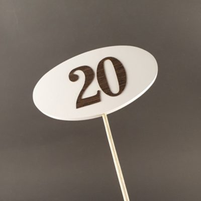 Tabliczka na piku z cyfrą 20