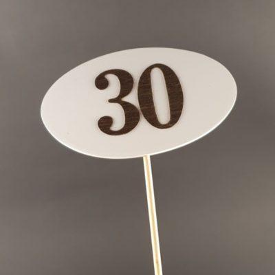 Tabliczka na piku z cyfrą 30