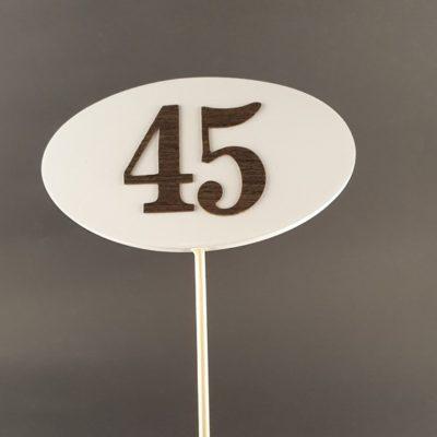 Tabliczka na piku z cyfrą 45