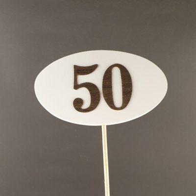 Tabliczka na piku z cyfrą 50