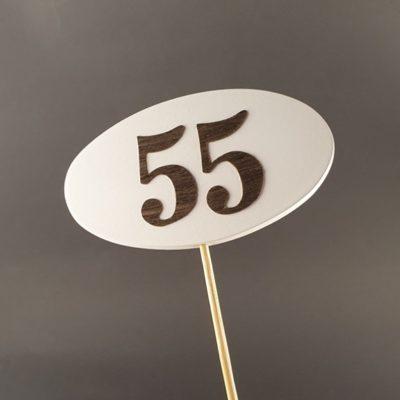 Tabliczka na piku z cyfrą 55