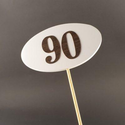 Tabliczka na piku z cyfrą 90