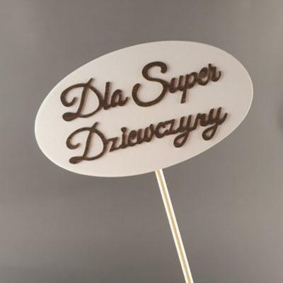 Tabliczka na piku z napisem: Dla Super Dziewczyny