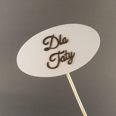 Tabliczka na piku z napisem: Dla Taty