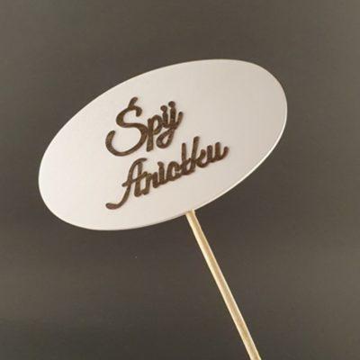 Tabliczka na piku z napisem: Śpij Aniołku