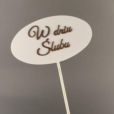 Tabliczka na piku z napisem: W dniu Ślubu