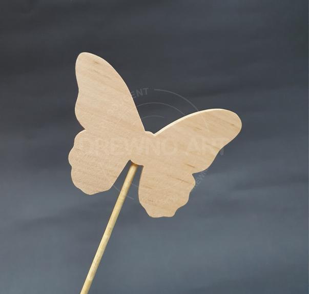 Motyl na piku z surowego,litego drewna