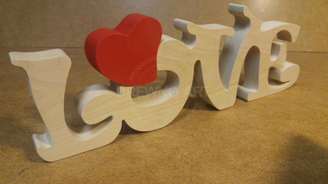 Napis LOVE z drewna