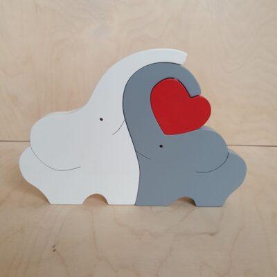 Słonie z drewna z czerwonym sercem